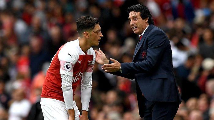 Manajer Arsenal Unai Emery mengkritik gaya bermain Mesut Oezil jelang menghadapi Chelsea. (Foto: Shaun Botterill/Getty Images)
