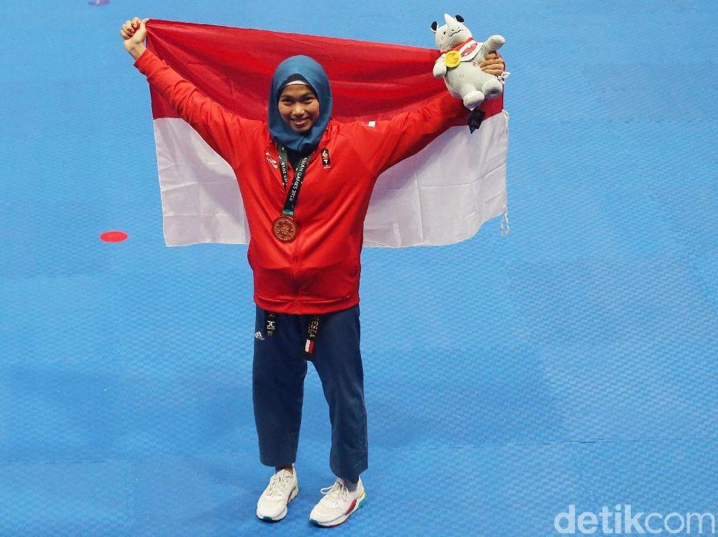 Defia Tahu Raih Emas Pertama untuk Indonesia dari Jokowi