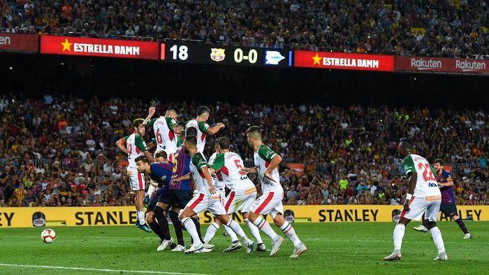 Lionel Messi mencetak gol ke-6.000 Barcelona di La Liga lewat tendangan bebas (Foto: David Ramos/Getty Images)