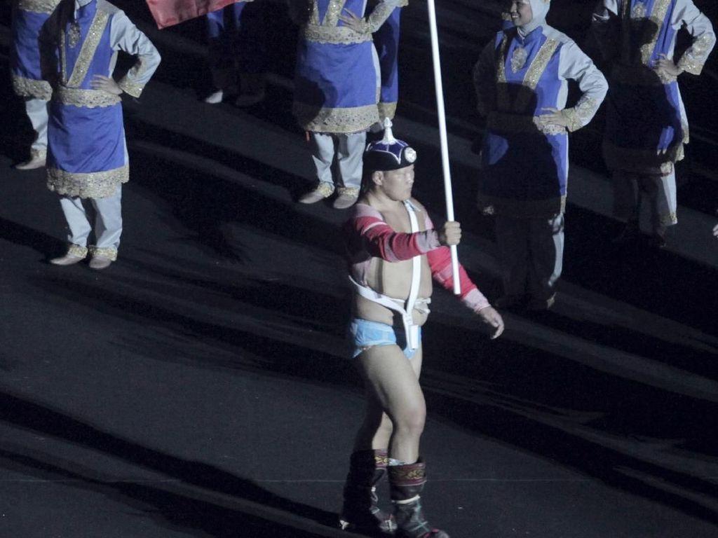 Pembawa Bendera Mongolia Curi Perhatian di Pembukaan Asian Games