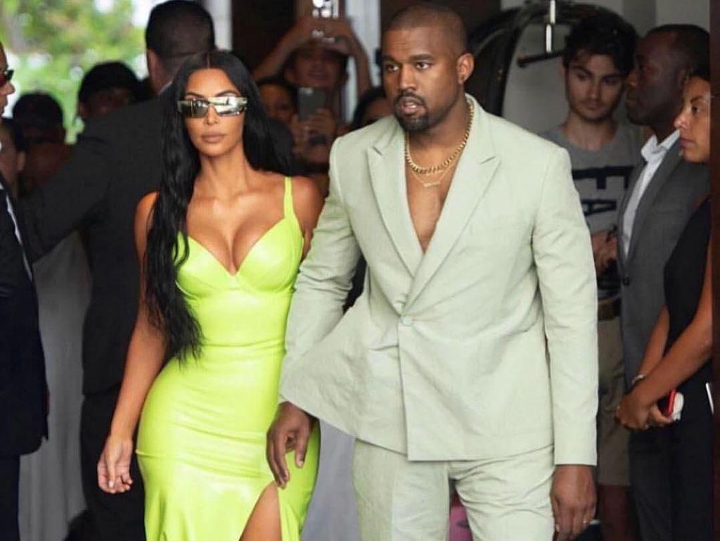 Kim Kardashian Pakai Kalung yang Menyatu dengan Kulit, Seram atau Keren?