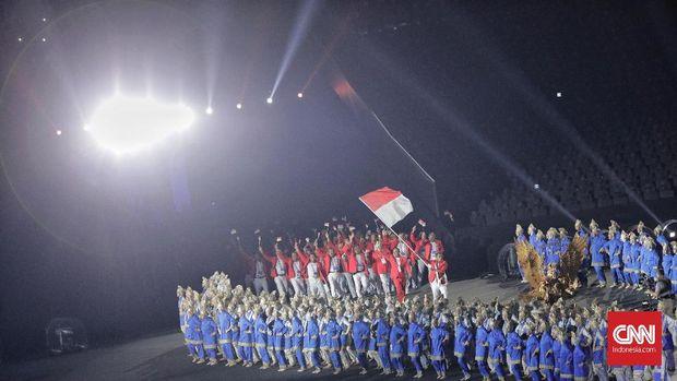 Defile kontingen Indonesia saat acara pembukaan Asian Games ke 18 tahun 2018 di Stadion Utama Gelora Bung Karno, Jakarta, Sabtu, 18 Agustus 2018. CNNIndonesia/Adhi Wicaksono.