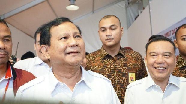 Waketum Gerindra Sufmi Dasco Ahmad (kanan)