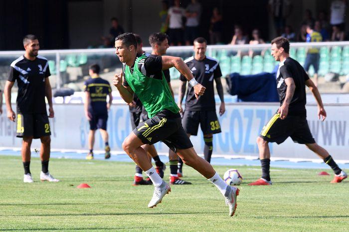 Setelah dibeli dari Real Madrid pada pertengahan Juli lalu, Cristiano Ronaldo akhirnya menjalani debut di Seri A dalam laga Juventus vs Chievo. Ronaldo melakukan pemanasan sebelum kick off (REUTERS/Alberto Lingria)
