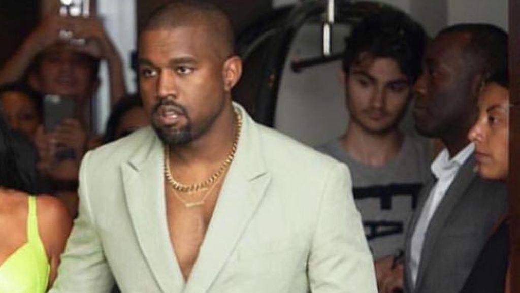 Foto: Gaya Kanye West Pakai Sendal saat Kondangan, Yay or Nay?