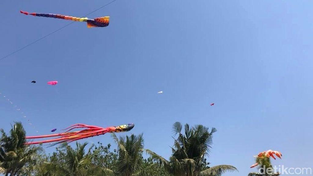 Foto: Saat Layang-layang Hiasi Langit Pantai di Makassar