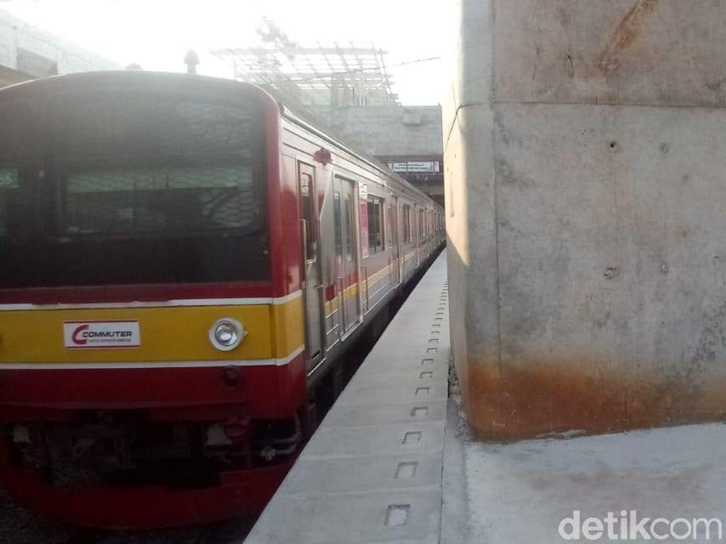 Kebakaran di Dekat Rel Padam, KRL Duri-Tangerang Sudah Normal