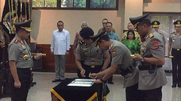 Kapolri juga menyaksikan penandatanganan pakta integritas oleh pejabat lama dan pejabat baru.