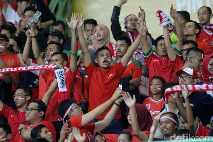 Suporter merayakan gol-gol yang dicetak oleh timnas Indonesia.