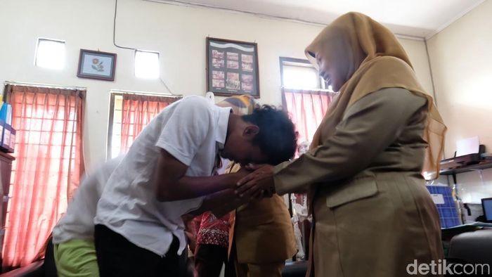 Bagus Kahfi dan Bagas Kaffa pamit ke guru di sekolah sebelum gabung TC Timnas U-16 (Foto: Pertiwi/detikSport)