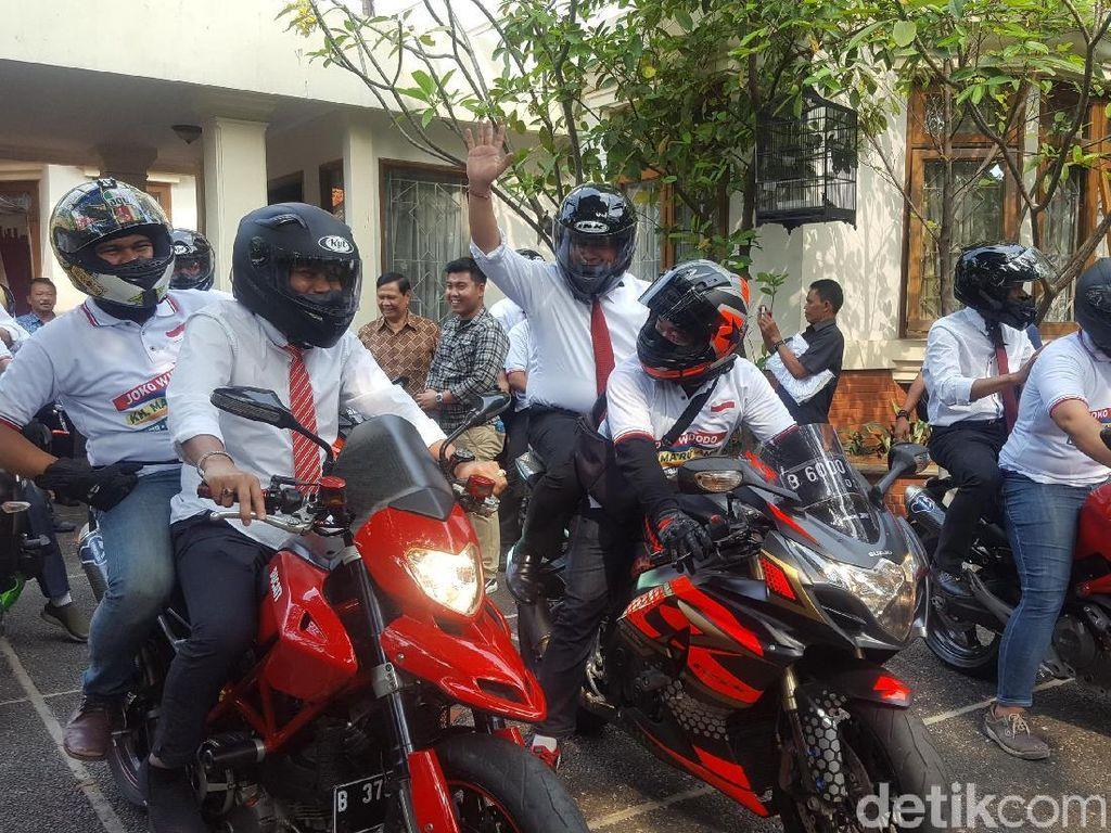 Bukan Stuntman tapi Dibonceng, Ini Gaya Sekjen Pro-Jokowi Naik Moge
