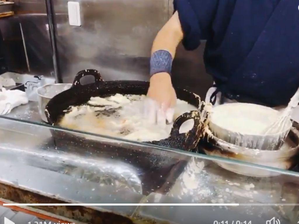 Wouw! Chef Ini Goreng Tempura dengan Tangan Telanjang di Minyak Panas