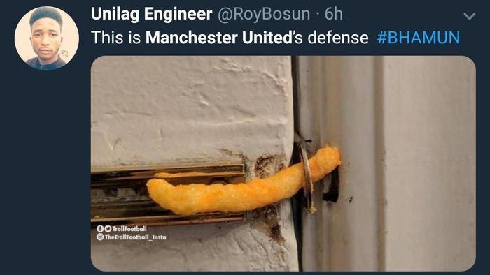 Lini pertahanan yang buruk membuat MU kalah 2-3 dari Brighton & Hove Albion di pekan kedua Liga Inggris. Lini belakang Setan Merah serapuh cemilan, ya! (Foto: Twitter @RoyBosun)