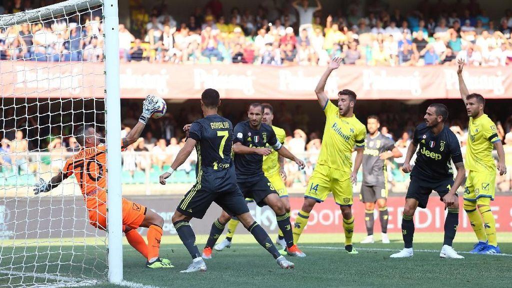 Duel dengan Ronaldo, Kiper Ini Alami Retak Tulang Hidung