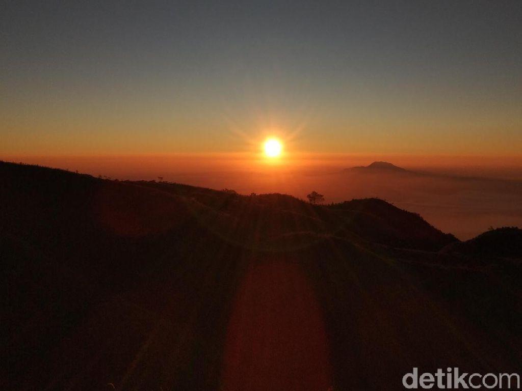 Foto: Menikmati Eksotisnya Golden Sunrise Prau