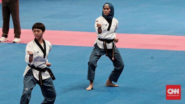 Atlet Taekwondo dengan kategori Women Individual Poomsae Rosmania Defia berhasil meraih medali emas di Ajang Asean Games 2018 di Jakarta. Minggu, 19 Agustus 2018. CNN Indonesia/Andry Novelino