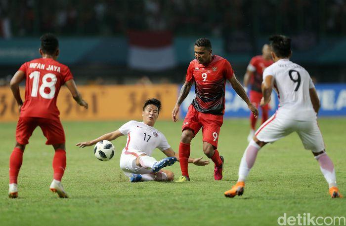 Timnas Indonesia U-23 bertanding melawan Hong Kong di Stadion Patriot Chandrabhaga, Senin (20/8/2018).
