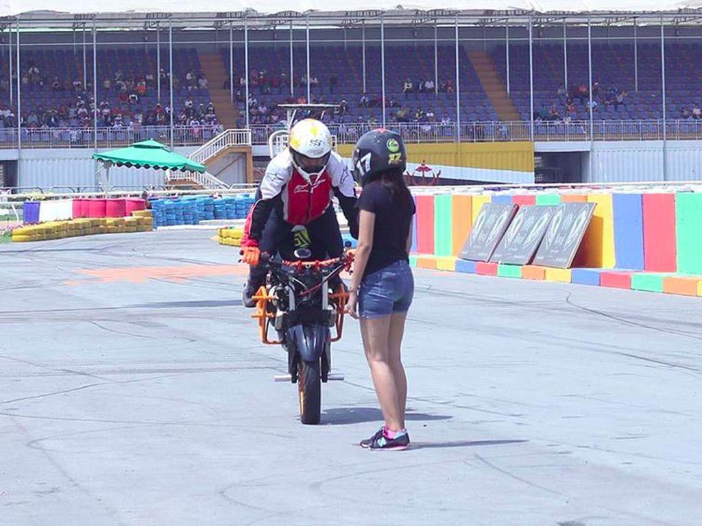 Sulitkah Freestyle Pakai Moge seperti Stuntman Jokowi?