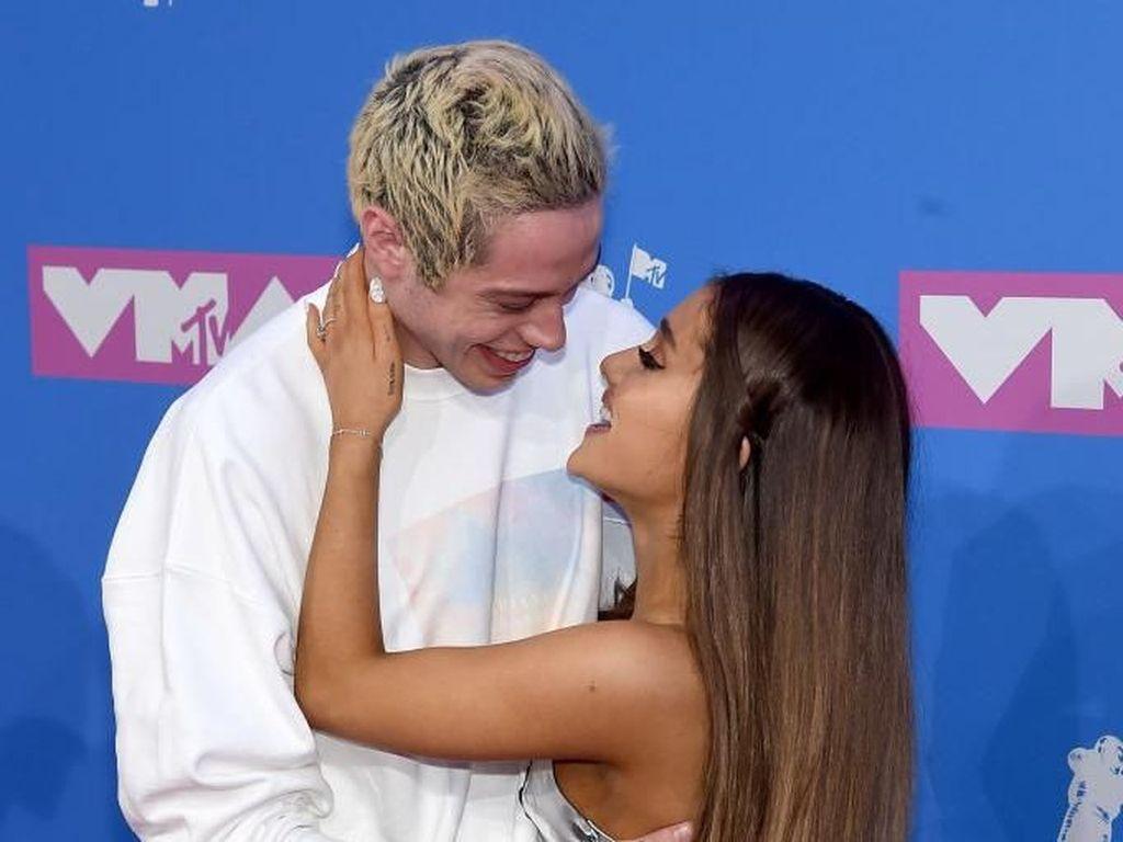 Ariana Grande Kembalikan Cincin Rp 1,5 M Setelah Batal Tunangan, Perlukah?
