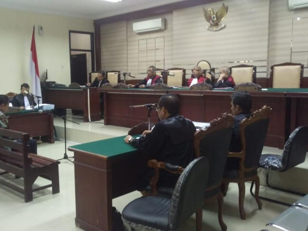 Mantan Bupati Jombang Dituntut 8 Tahun Penjara, Istri Pingsan