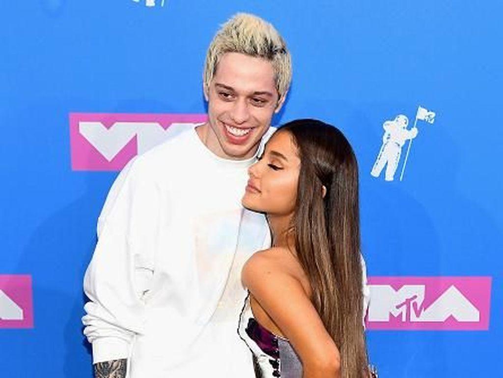 Pete Davidson Disebut Move On dari Ariana Grande, Sudah Punya Pacar Lagi?