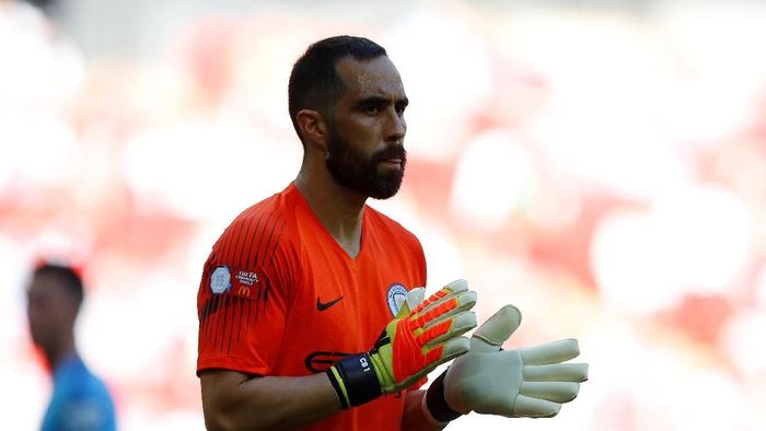 Claudio Bravo absen tiga bulan karena cedera achilles (Phil Noble/Reuters)