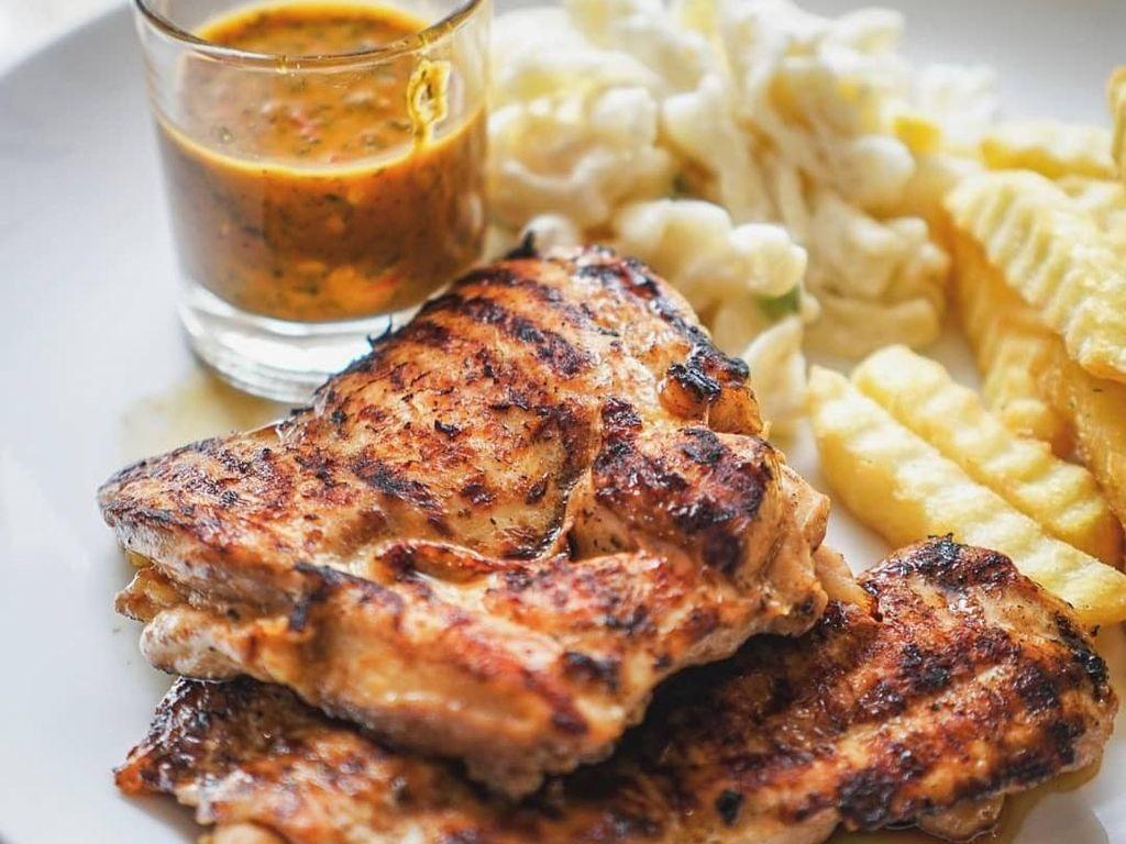 Nyamm! Ada 10 Chicken Steak Juicy dengan Kentang Goreng untuk Makan Siang