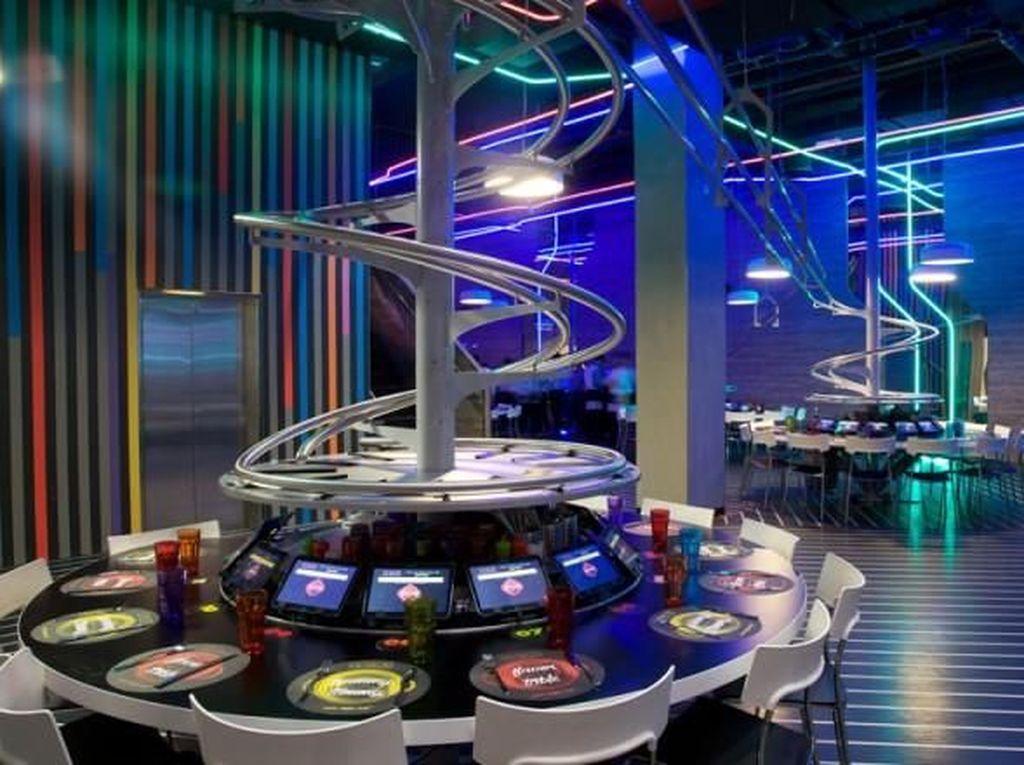 Seru Banget! Di Restoran Ini Makanan Meluncur Lewat Roller Coaster