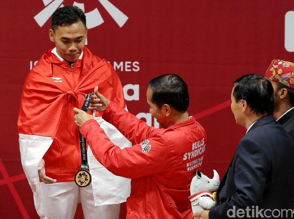 Momen Eko Yuli Dikalungi Medali Emas oleh Jokowi