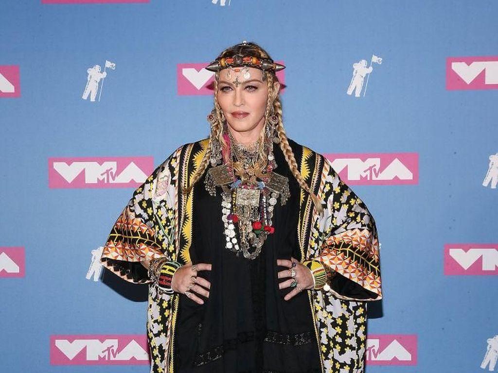 Bokong Terlihat Lebih Besar, Madonna Operasi Plastik?