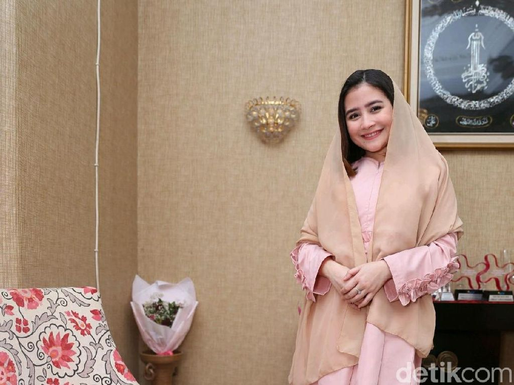 Cantiknya Penampilan Prilly Sambut Idul Adha