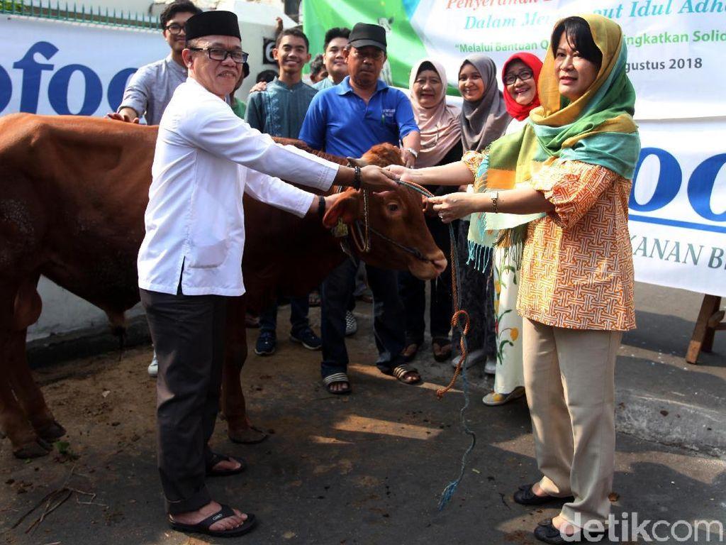 Rayakan Idul Adha, Indofood Serahkan Hewan Kurban