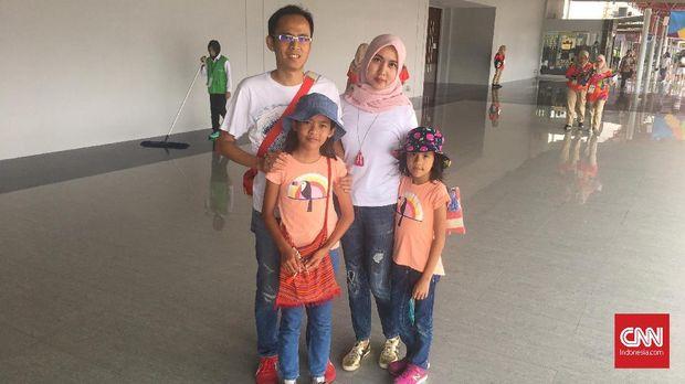 Keluarga dari Bandung tak bisa membeli suvenir di JIExpo, Kemayoran.