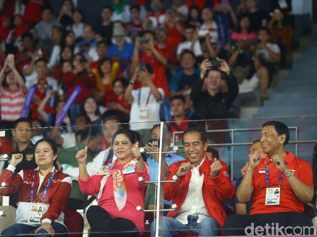 Deretan Gaya Kekinian Jokowi Selama Nonton Asian Games 2018