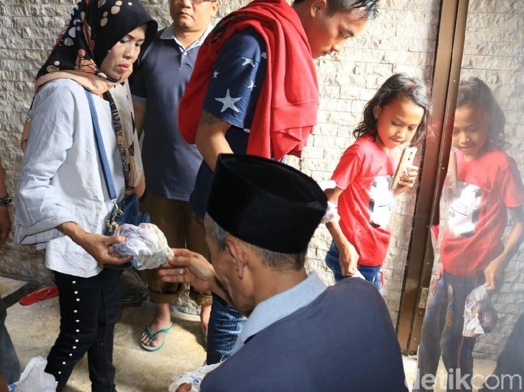 Masjid Raya Bandung Bagikan 3.500 Kantong Daging Kurban