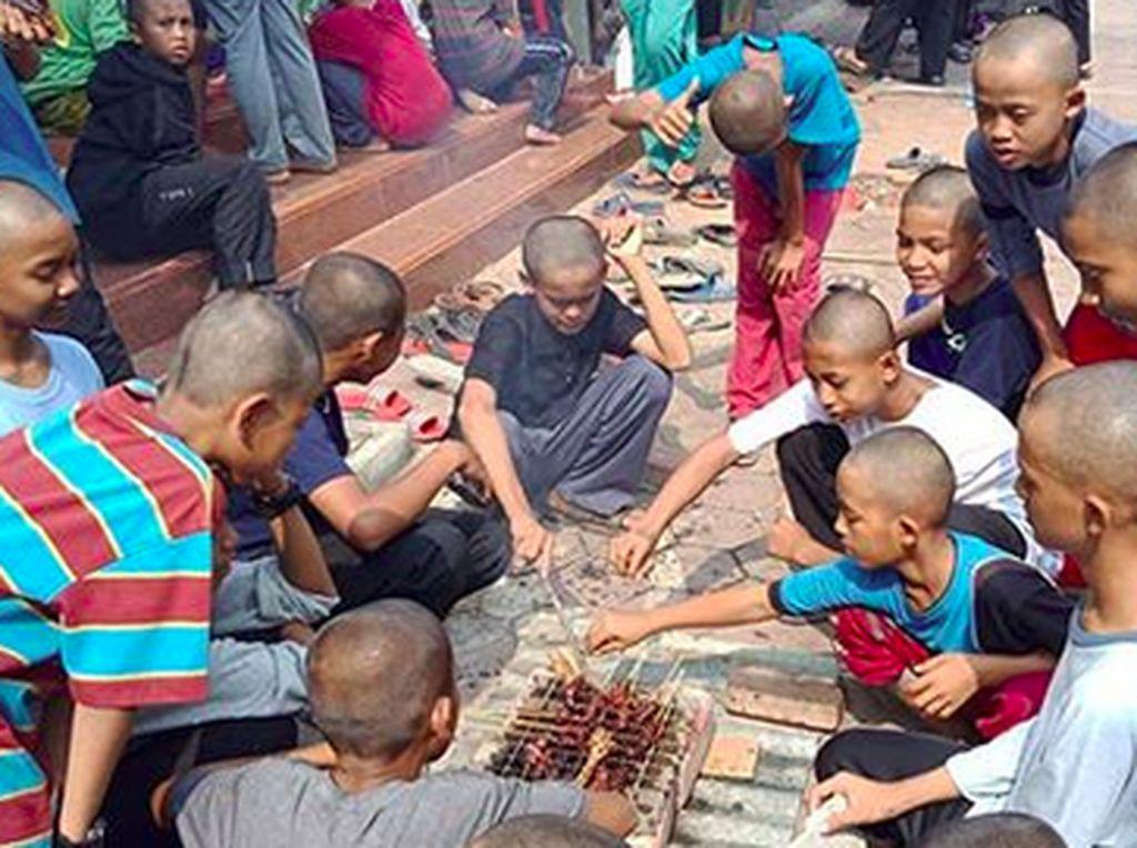 Masih Suasana Idul Adha, Seru Banget Anak-anak Ini Saat Nyate