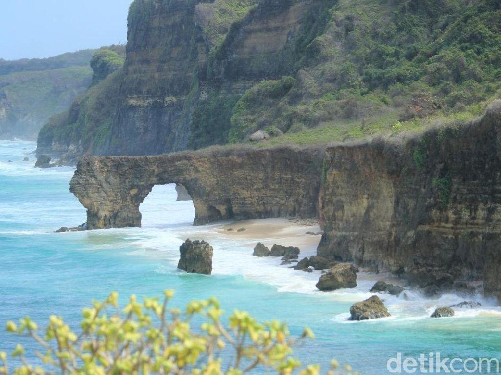 Batu Cincin Pantai Mbawana yang Tinggal Kenangan