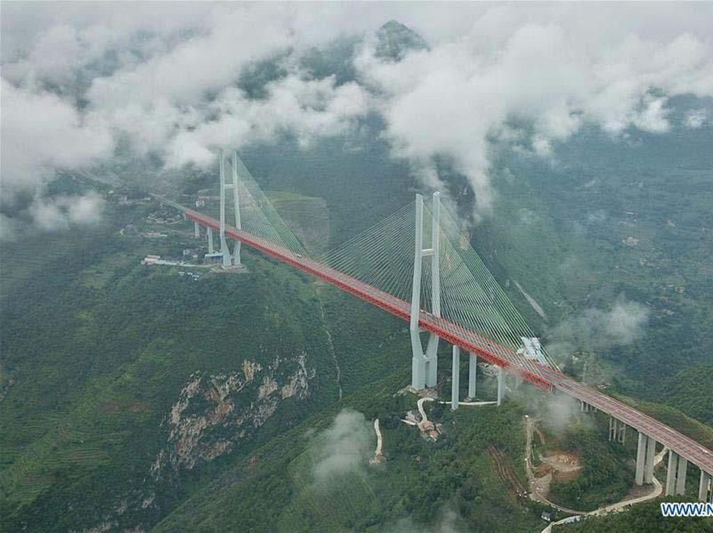 Membelah Gunung dan Lembah, Jembatan Ini Bikin Tahan Napas!