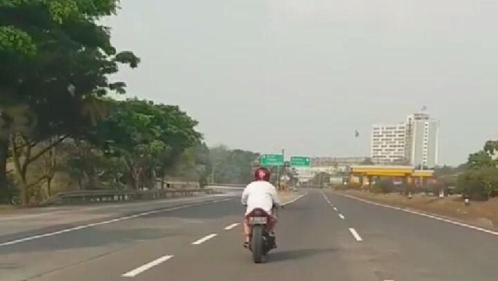 Alah! Tunggangi Ninja 250cc Pakai Kain, Nekat Lewat Tol Purbaleunyi