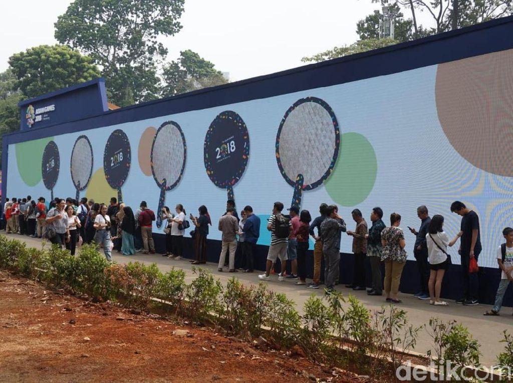 Ratusan Orang Rela Antre Kepanasan Beli Merchandise Asian Games