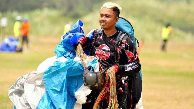 Jafro Megawanto berasal dari keluarga petani namun bisa jadi atlet paralayang yang dikenal sebagai olahraga mahal.