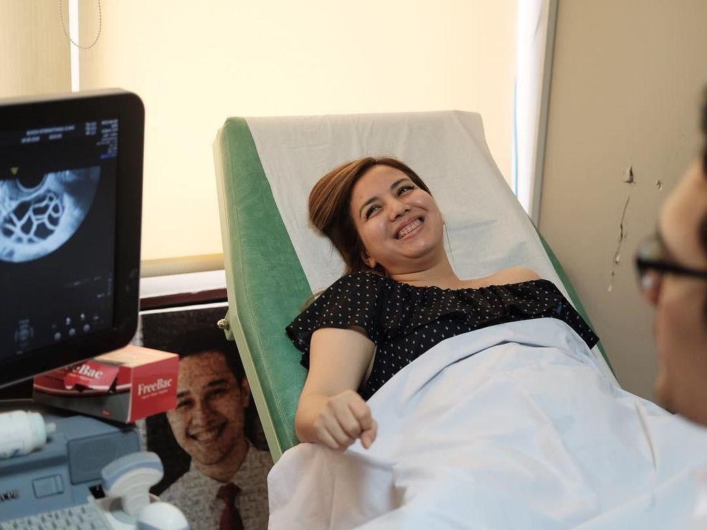 Hamil 5 Bulan, Tya Ariestya Ngidam Naik Helikopter