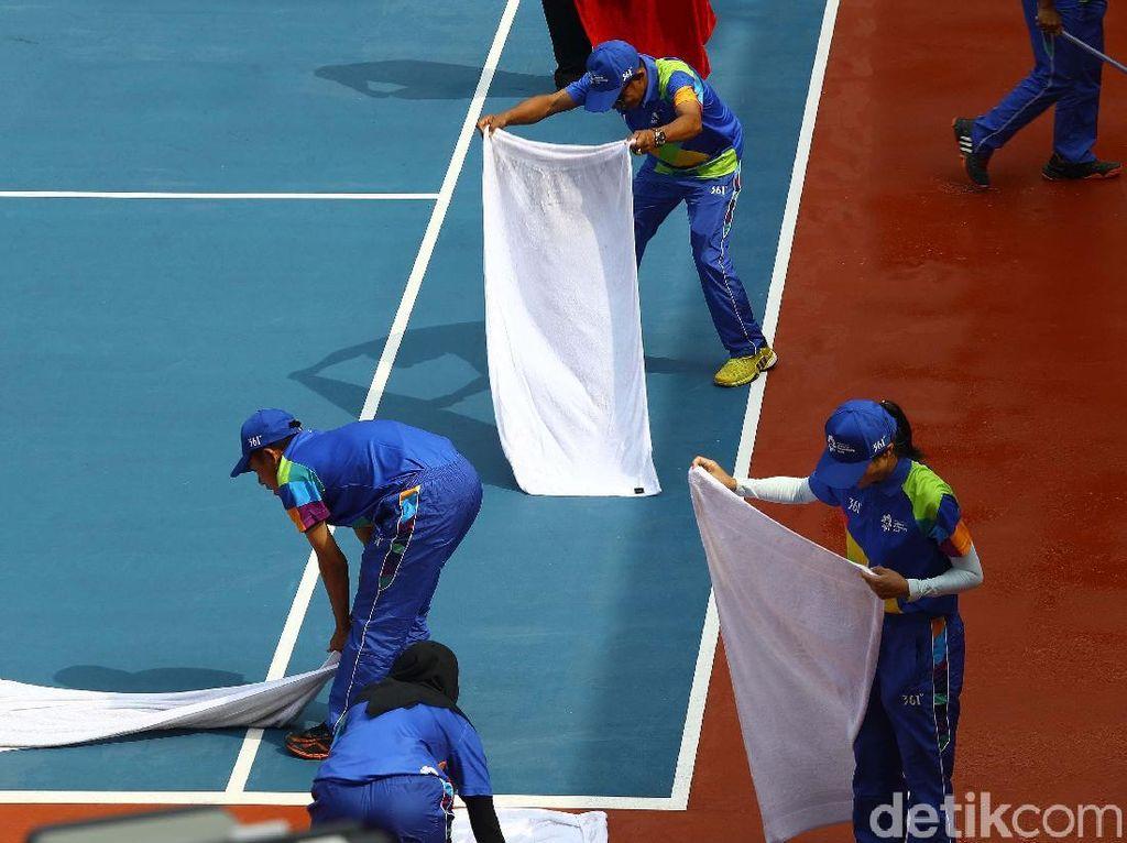 Aksi Mengeringkan Lapangan Tenis dengan Handuk