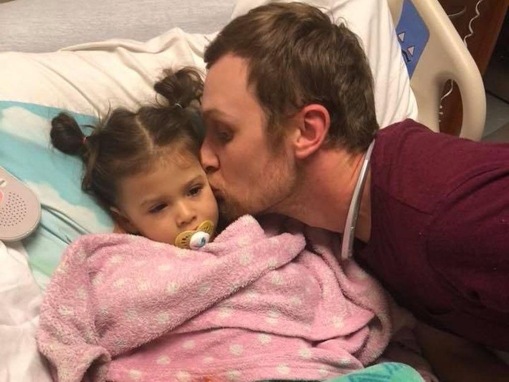 Cara Manis Ayah Semangati Putrinya yang Jalani Kemoterapi