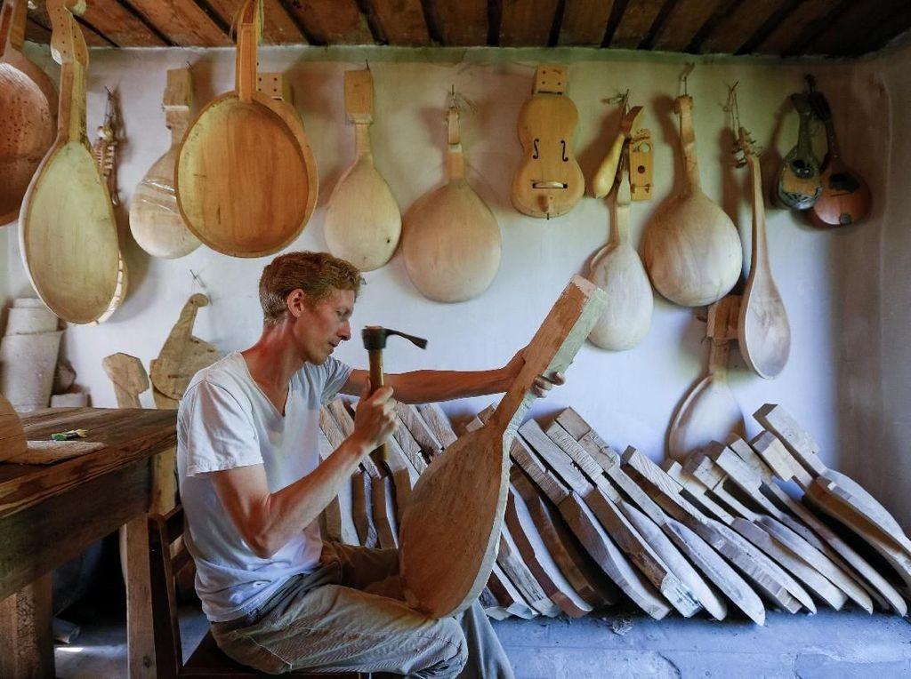 Melihat Proses Pembuatan Alat Musik Tradisional Khas Ukraina