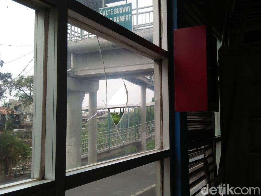 Warga Keluhkan Efek Gas Air Mata di Halte Busway Pasar Rumput