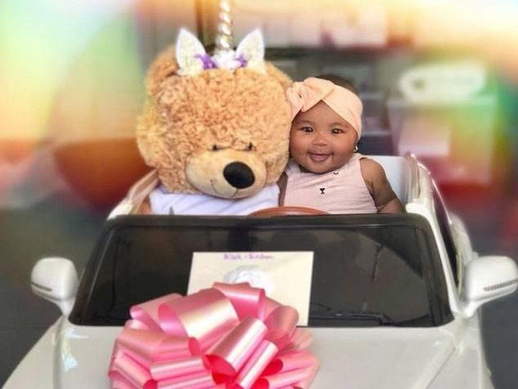 Menggemaskan! Baby True Dapat Mobil Bentley Pertamanya
