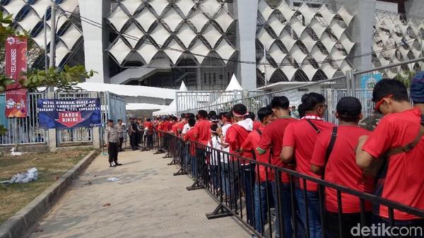 Indonesia vs UEA: Antrean Penonton Menumpuk, Jalur Masuk Polisi Dibuka