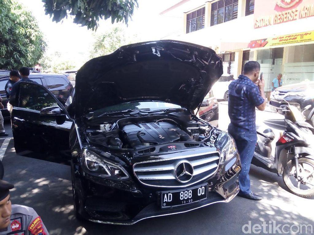 Melihat Kerusakan Mobil Mewah yang Dikendarai Iwan Adranacus