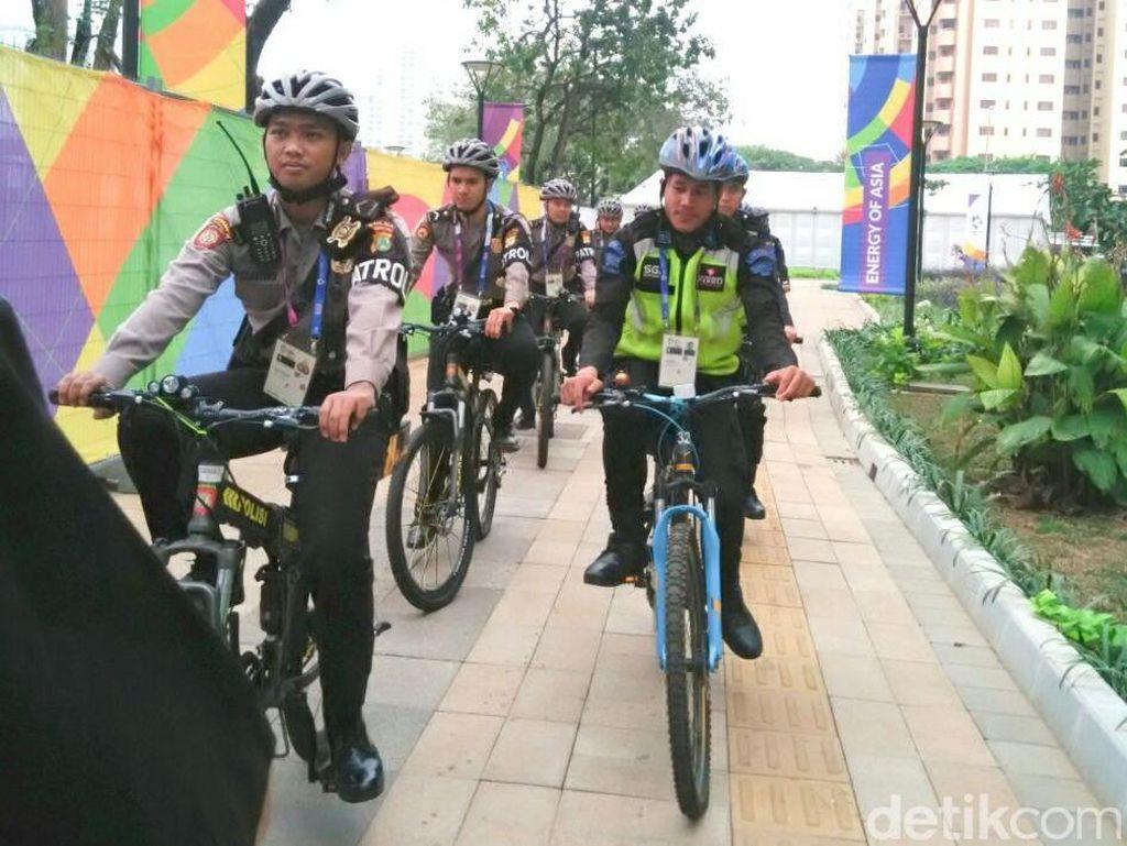 Naik Sepeda, Polisi Berpatroli Humanis di Arena Wisma Atlet